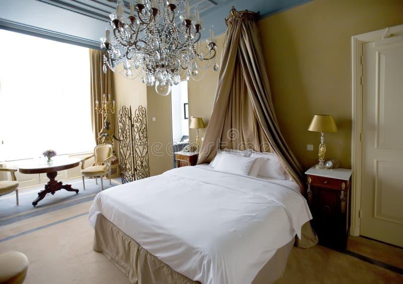 Klassieke slaapkamer stock afbeelding. Afbeelding bestaande uit huis ...