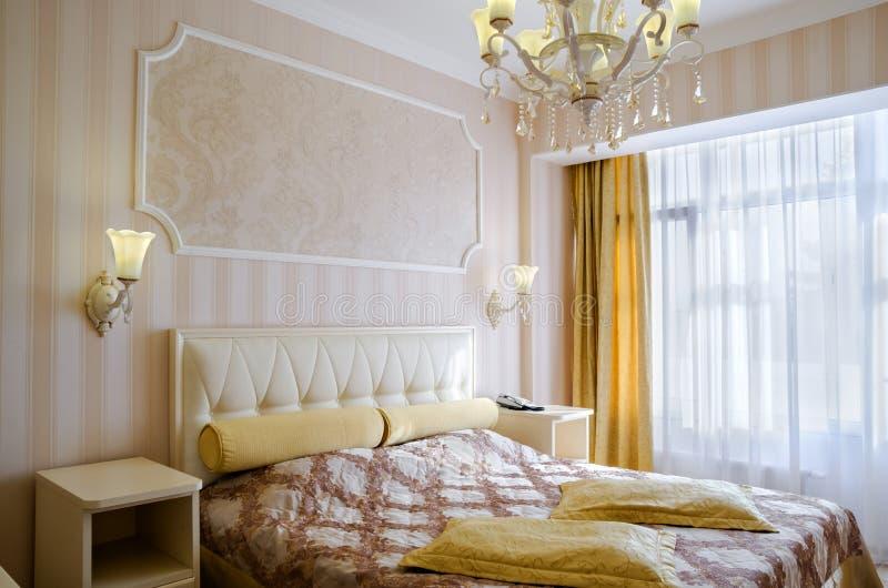 https://thumbs.dreamstime.com/b/klassieke-slaapkamer-met-een-groot-tweepersoonsbed-bedlijsten-stoelen-86583449.jpg