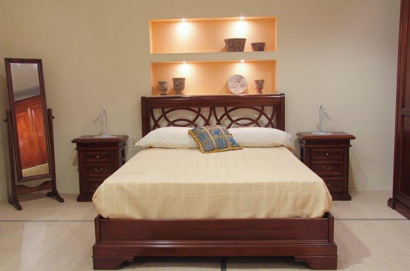 Klassieke slaapkamer met elegant houten meubilair royalty-vrije stock foto's