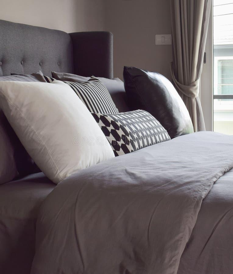 Klassieke slaapkamer met hoofdkussens naast het venster stock fotografie