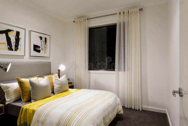 klassieke slaapkamer van een modern huis met schemerlampen op