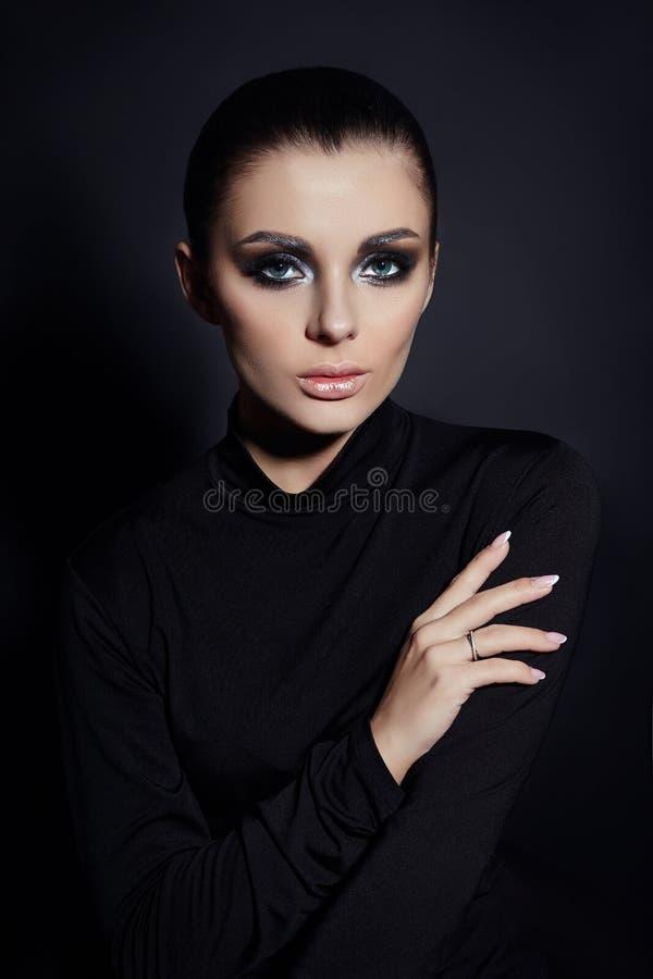 Klassieke Smokey-make-up op vrouwengezicht, mooie grote ogen Manier Perfecte make-up, expressieve ogen op meisjesgezicht, vlotte  stock afbeelding