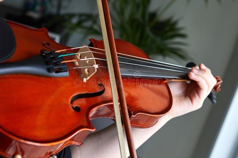 Klassieke spelerhanden Details van viool het spelen stock afbeelding