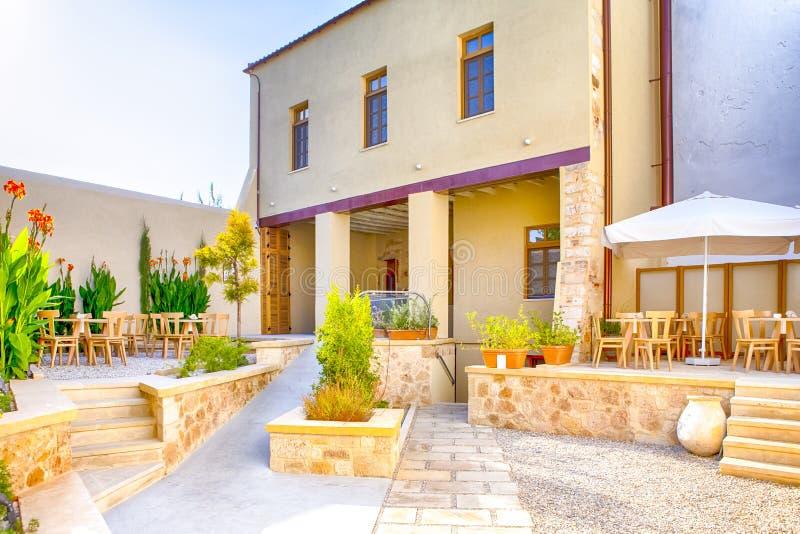 Klassieke Standaard Kretenzische Yard in Sunny Day in Chania, Griekenland stock foto's