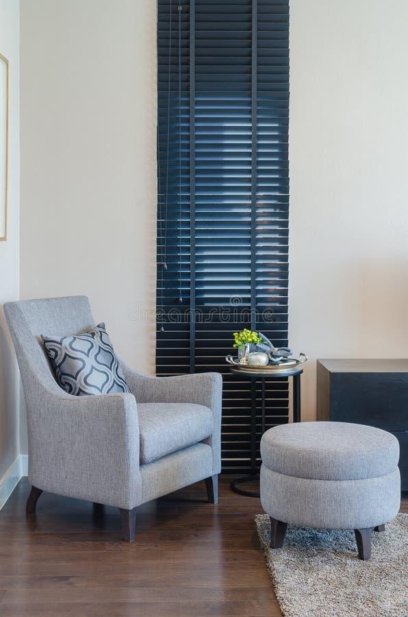 Klassieke stijlstoel en ronde bank met zwart gordijn stock fotografie