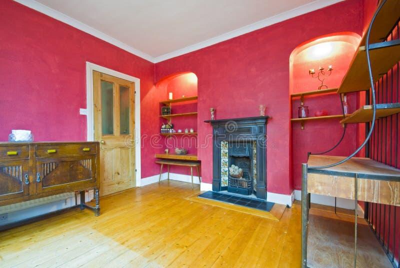 Klassieke stijlwoonkamer in rood royalty-vrije stock afbeeldingen