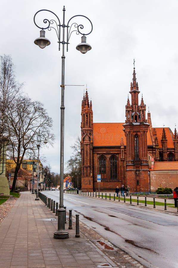 Klassieke straatlantaarn en de beroemde Rooms-katholieke kerk van St Anne op Maironio-straat in Oude Stad van Vilnius, Litouwen royalty-vrije stock foto's