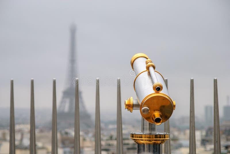 Klassieke telescoop over de hemel van Parijs stock afbeelding