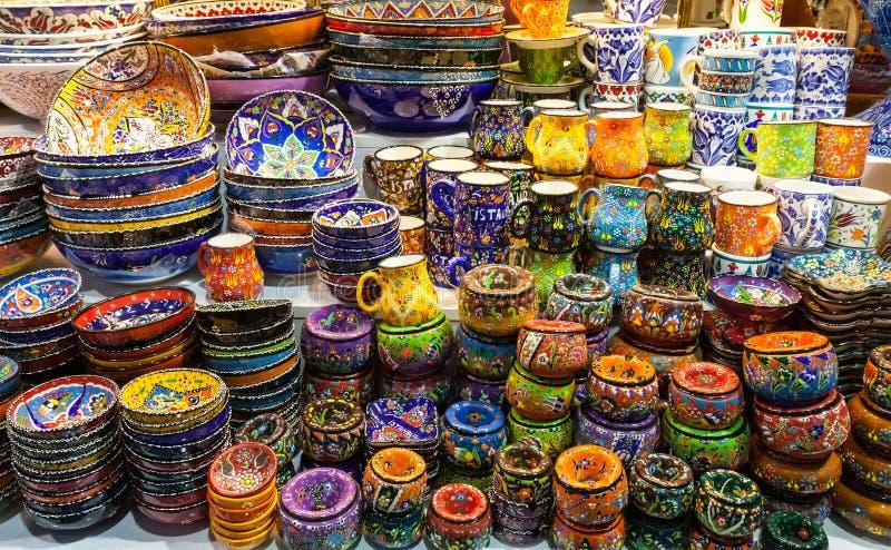 Klassieke Turkse keramiek op de markt stock foto's