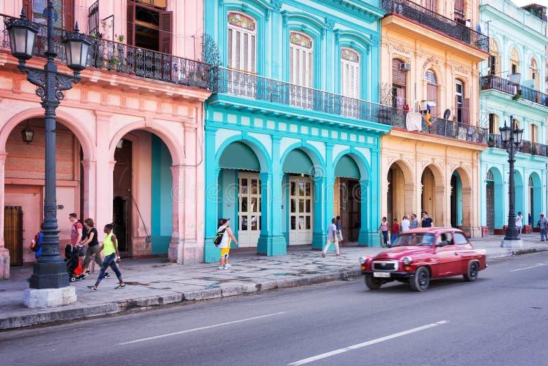 Klassieke uitstekende auto en kleurrijke koloniale gebouwen in de hoofdstraat van Oud Havana stock foto's