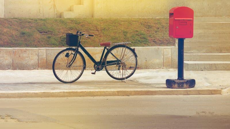 Klassieke uitstekende retro fiets op straat stock foto's