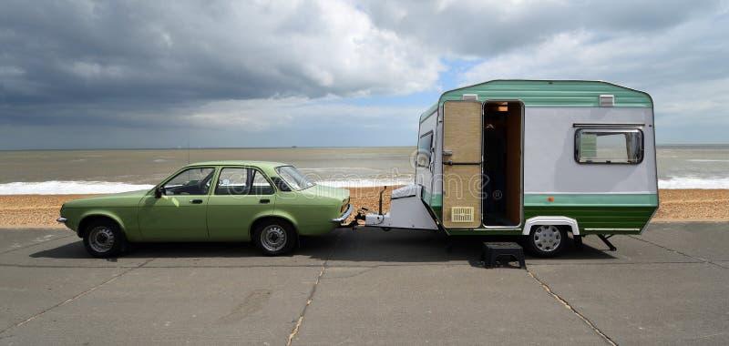 Klassieke Vauxhal Chevette & Uitstekende die Caravan op strandboulevardpromenade wordt geparkeerd stock afbeeldingen