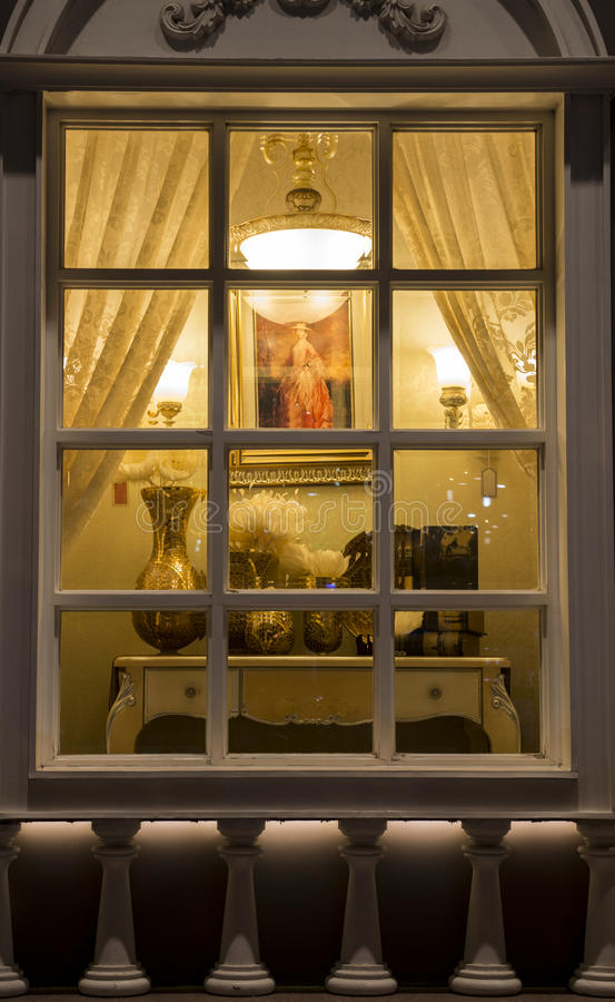 klassieke verlichting in een venster van de verlichtingswinkel bij nacht, van het de decoratiehuis van de huisdecoratie bloemen v stock foto's