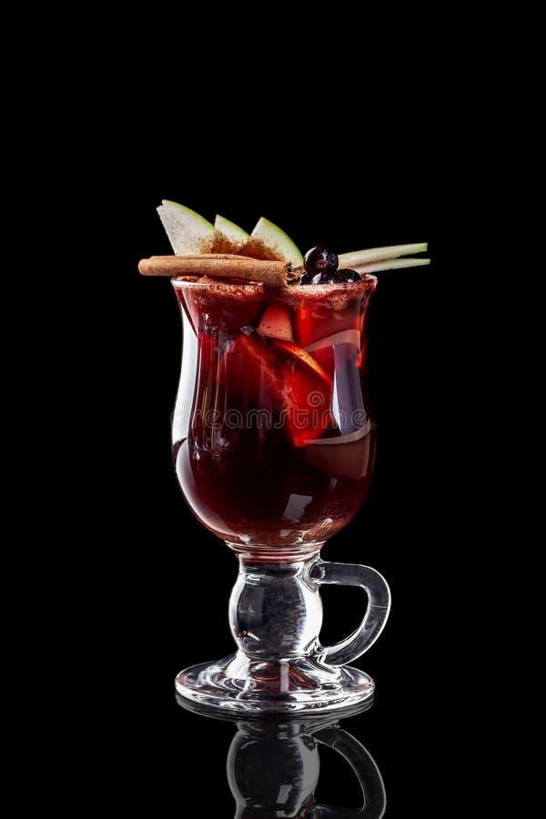 Klassieke verse sappen van vruchten en groenten op een zwarte achtergrond in glaskoppen, cocktails Dranken met onderste uitwerpin stock foto