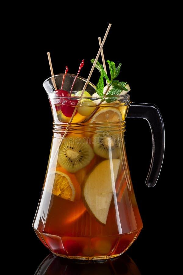 Klassieke verse sappen van vruchten en groenten op een zwarte achtergrond in glaskoppen, cocktails Dranken met onderste uitwerpin royalty-vrije stock afbeeldingen