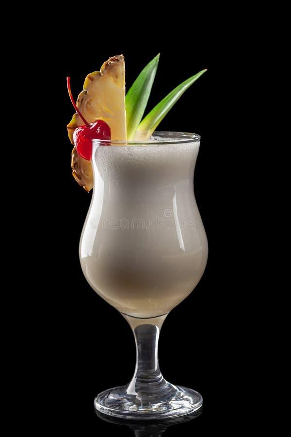 Klassieke verse sappen van vruchten en groenten op een zwarte achtergrond in glaskoppen, cocktails Dranken met onderste uitwerpin stock foto's