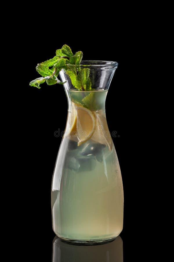 Klassieke verse sappen van vruchten en groenten op een zwarte achtergrond in glaskoppen, cocktails Dranken met onderste uitwerpin stock afbeeldingen