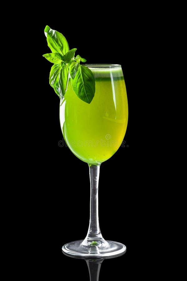 Klassieke verse sappen van vruchten en groenten op een zwarte achtergrond in glaskoppen, cocktails Dranken met onderste uitwerpin royalty-vrije stock foto