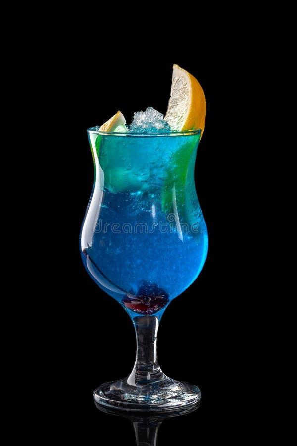 Klassieke verse sappen van vruchten en groenten op een zwarte achtergrond in glaskoppen, cocktails Dranken met onderste uitwerpin royalty-vrije stock fotografie