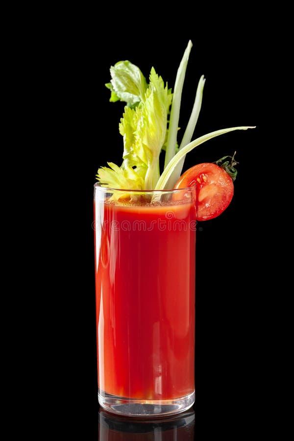 Klassieke verse sappen van vruchten en groenten op een zwarte achtergrond in glaskoppen, cocktails Dranken met onderste uitwerpin royalty-vrije stock foto's