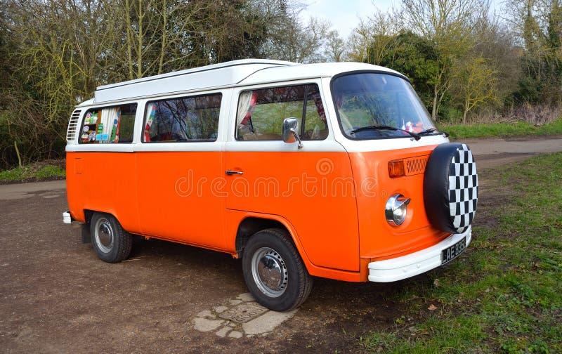 Klassieke Volkswagen-Kampeerautobestelwagen in Wit en Oranje royalty-vrije stock fotografie