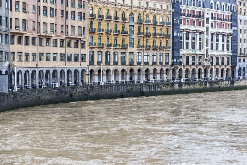 Klassieke voorgevelgebouwen over nervionrivier, Bilbao royalty-vrije stock foto