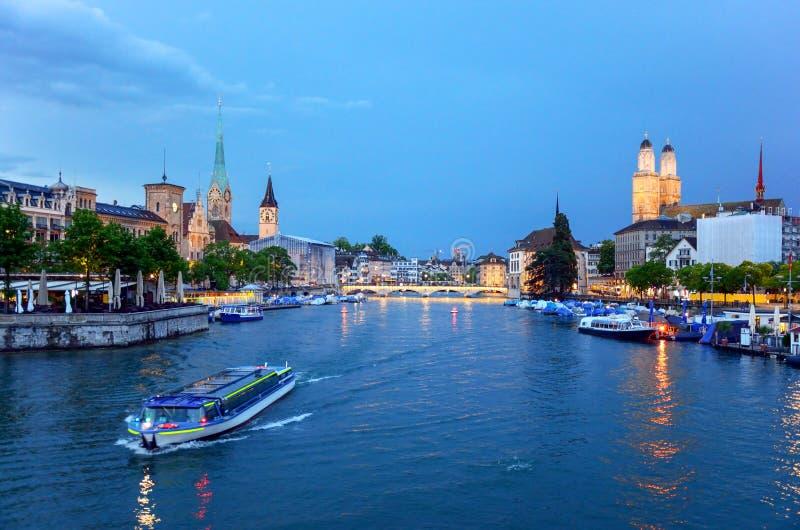 Klassieke weergaven van Zürich de Limmat-rivier, Zwitserland stock foto's