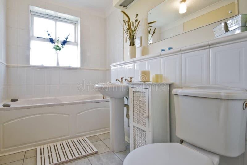 Klassieke witte badkamers stock afbeelding. Afbeelding bestaande ...