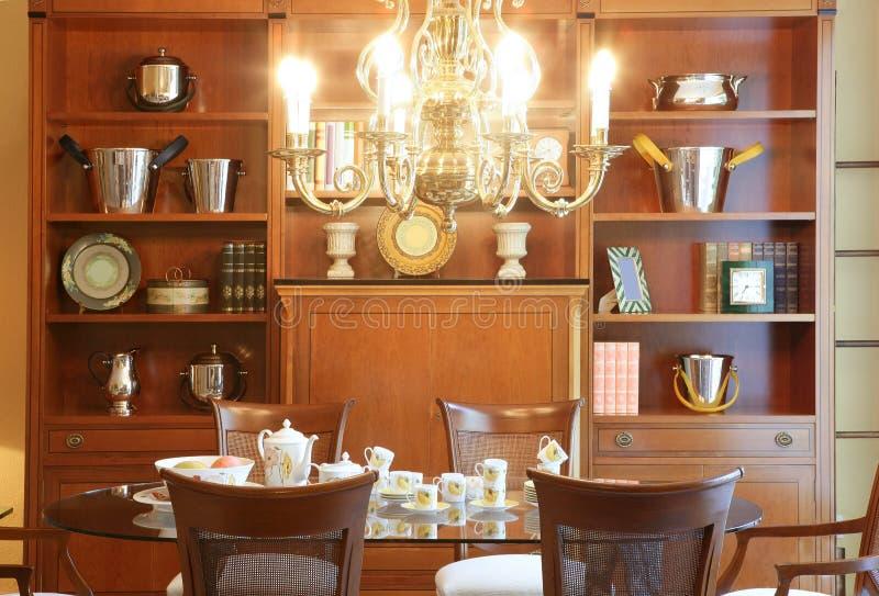 Klassieke woonkamer houten furnitures royalty-vrije stock afbeelding