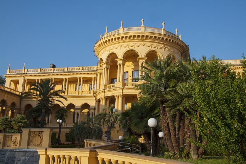 Klassieke woonplaats en idyllische tuin royalty-vrije stock afbeeldingen