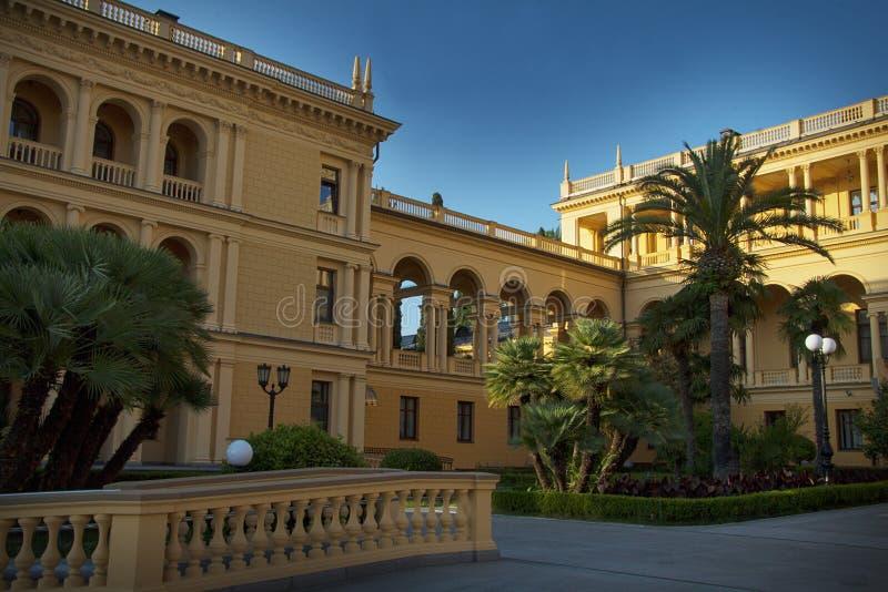 Klassieke woonplaats en idyllische tuin royalty-vrije stock afbeelding