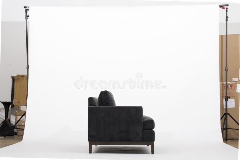 Klassieke Zwarte Faux-Leerbank - Beeld witte achtergrond stock foto's