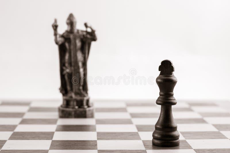 Klassieke zwarte koning en hetzelfde stuk in de vorm van middeleeuws FI royalty-vrije stock afbeeldingen