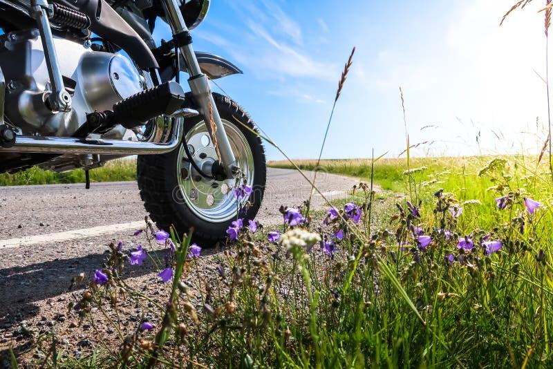 Klassiker av vägmotorcykeln längs en curvy väg i countrysiden arkivfoton