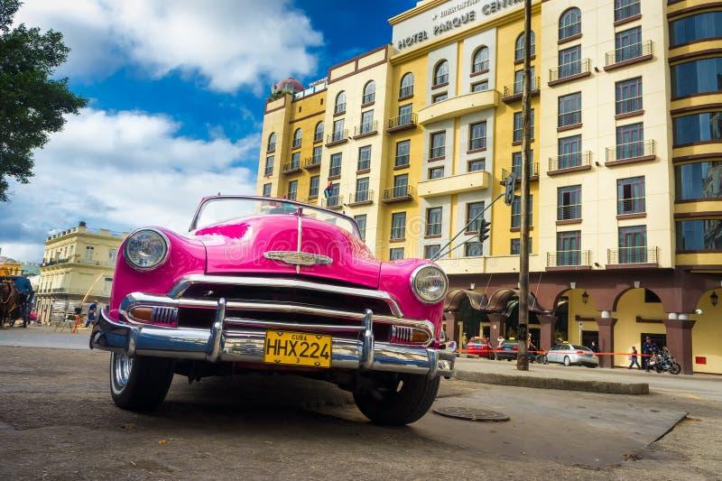 Klassiker Chevrolet framme av ett hotell i Havana arkivbild