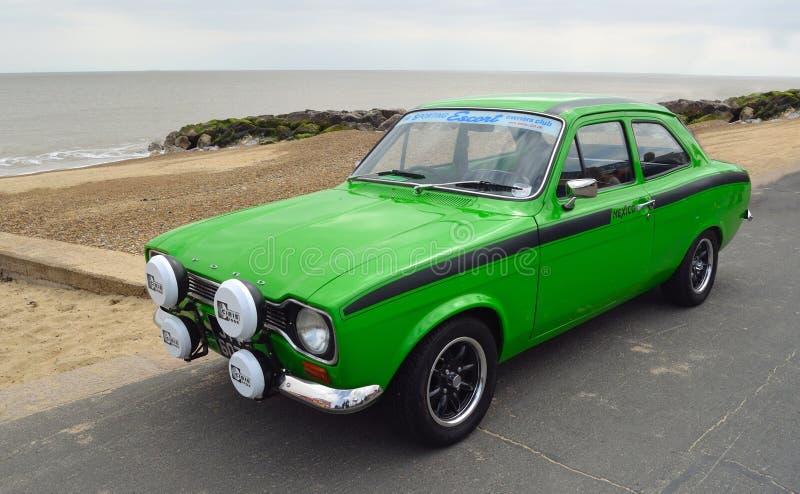 Klassiker gröna Ford Escort Mexico Motor Car som parkeras på sjösidapromenad royaltyfri foto