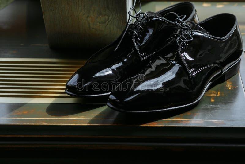 Klassiker lackierte schwarze Schuhe stockbilder