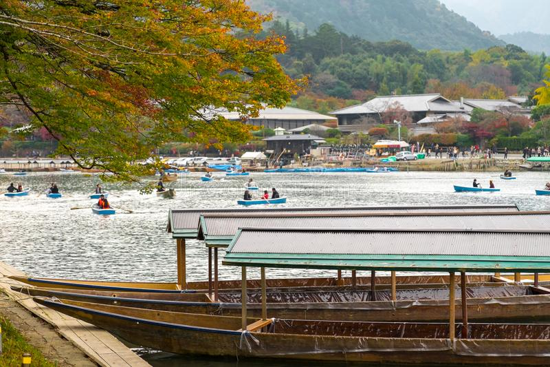 Klassiker, traditionelle Boote im arashiyama Kyoto lizenzfreies stockfoto
