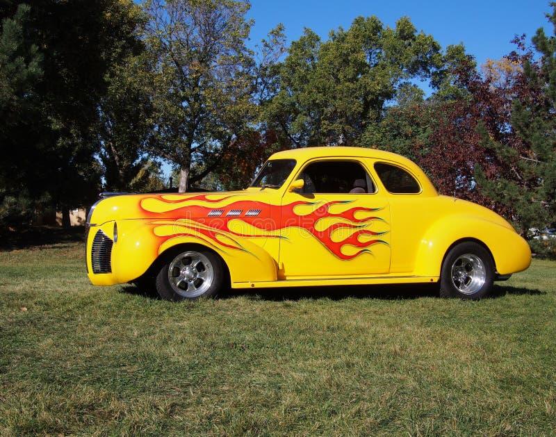 Klassiker wieder hergestelltes gelbes Auto mit Flammen-Detail lizenzfreie stockfotos