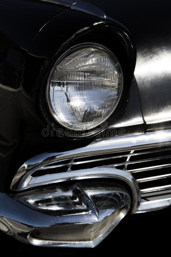 Klassische alte Sechziger schwärzen vorderen Scheinwerfer und Grill des Autos lizenzfreies stockfoto