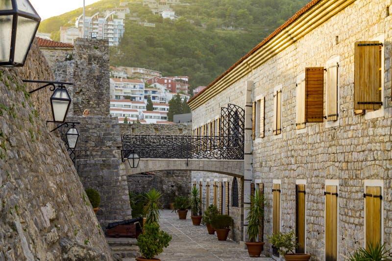 Klassische Architektur-Steingebäude Balkans alte verengen Straße stockbilder