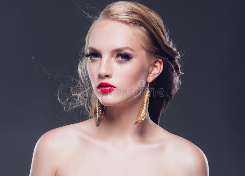 Klassische Art der schönen Frau des blonden Haares mit den roten Lippen und Jahr lizenzfreie stockbilder