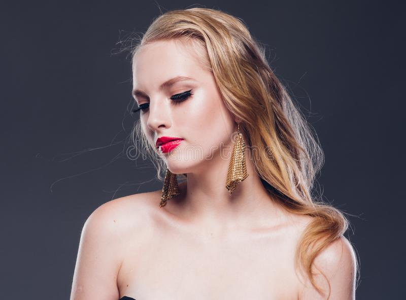 Klassische Art der schönen Frau des blonden Haares mit den roten Lippen und Jahr stockfotografie