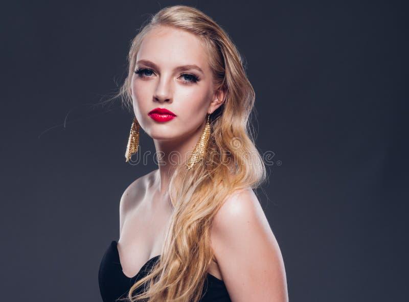 Klassische Art der schönen Frau des blonden Haares mit den roten Lippen und Jahr stockfoto