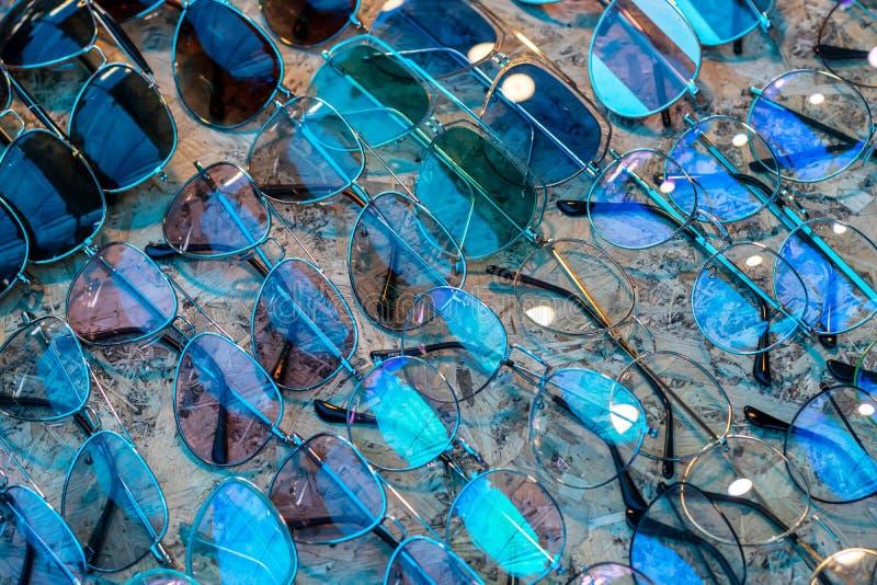 Klassische Augengläser auf Sperrholz lizenzfreie stockbilder