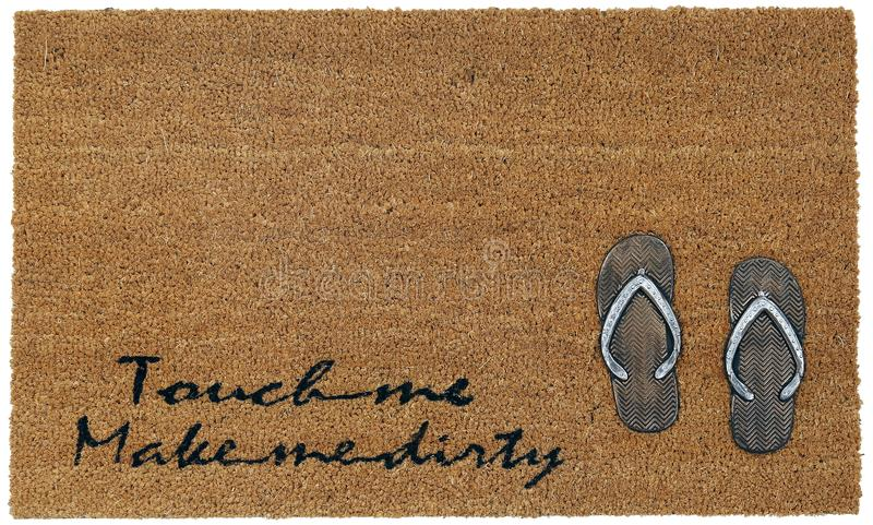 Klassische beige und schwarze zute/Coir Türmatte im Freien mit 'berühren mich 'und 'stellen Sie mich schmutzigen 'Text und Pantof lizenzfreie stockfotos