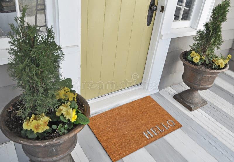 Klassische beige und silberne zute/Coir Türmatte im Freien mit 'hallo 'Text lizenzfreie stockfotografie