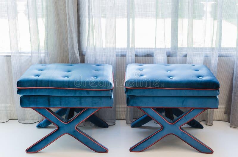 Klassische blaue Stühle im Wohnzimmer stockbilder