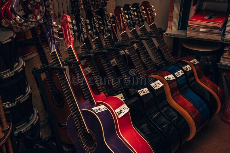 Klassische Gitarren für Verkauf an einem Musik-Geschäft lizenzfreie stockfotos