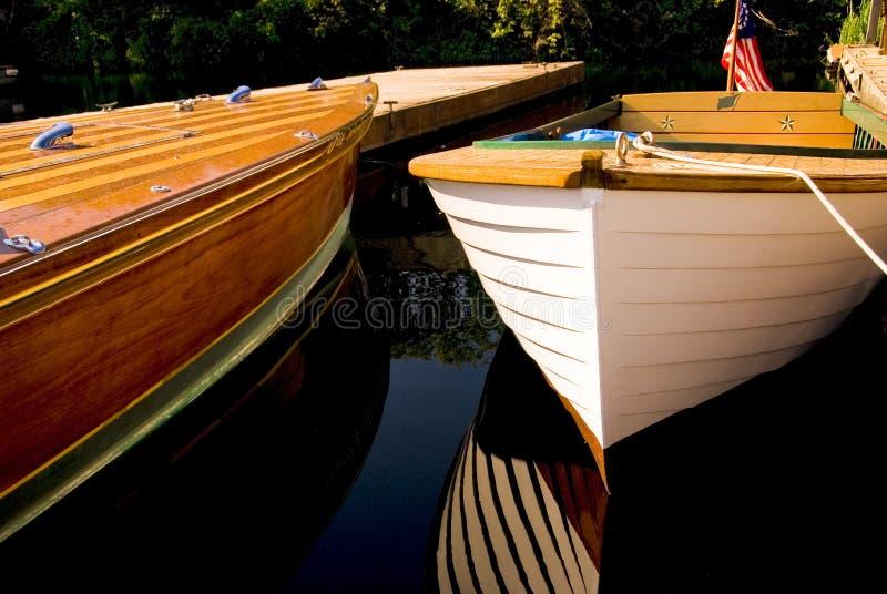 Klassische hölzerne Boote angekoppelt stockbilder